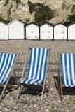 Dechstoelen en Strandhutten bij Bier, Devon, het UK. Royalty-vrije Stock Foto's