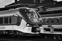 Decin, République Tchèque - 11 décembre 2017 : le train de voyageurs de la société de Ceske Drahy menant au support de ville de R Photos stock