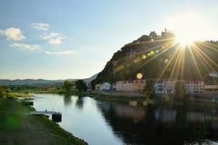 Decin, república checa - 8 de setembro de 2018: Monte do stena de Pastyrska com fechamento, as casas históricas e o Elbe River na Foto de Stock Royalty Free