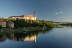 Decin, república checa - 8 de setembro de 2018: Trave acima de Elbe River na cidade de Decin durante o por do sol Fotos de Stock