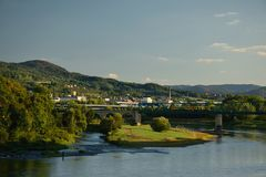 Decin Tjeckien - September 08, 2018: passageraredrev på bron och sammanflöde av floder Labe och Ploucnice i den Decin staden du royaltyfria bilder