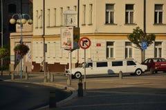 Decin Tjeckien - September 08, 2018: vita Skoda 105/120 limousine på den Masaryk fyrkanten i den Decin staden under solnedgång royaltyfria bilder