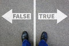 A decisão de encontro dos fatos da mentira verdadeira falsa da notícia da falsificação da verdade decide fotografia de stock royalty free