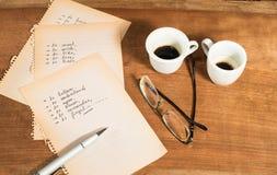 Decisión difícil con algunas tazas de café Imágenes de archivo libres de regalías