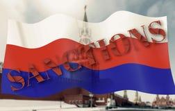 Decisión sobre sanciones contra Rusia Texto quebrado Sanción en la bandera de Rusia que agita en el viento sobre la torre de Spas Foto de archivo libre de regalías