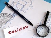 Decisione, magnifier sulla cambiale Fotografia Stock Libera da Diritti