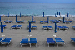Deck chairs and umbrellas in front of the sea Royalty Free Stock Images