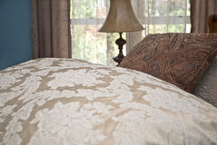 Deckbett und Kissen auf Bett Lizenzfreie Stockbilder