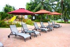 deckchair旅馆豪华游泳池边 库存照片