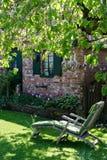 Deckchair σε έναν άνετο κήπο Στοκ Φωτογραφίες