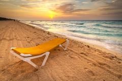 Deckchair amarillo en la salida del sol del Caribe Imagen de archivo