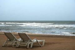 Deckchair auf einem tropischen Strand Stockbild