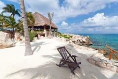 Deckchair bij Caraïbische Zee Stock Afbeeldingen