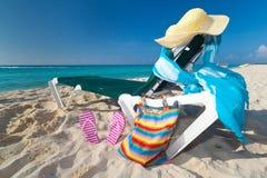 Deckchair con los accesorios del sol en el del Caribe sea Fotografía de archivo