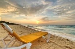 Deckchair del mar del Caribe en la salida del sol Imágenes de archivo libres de regalías
