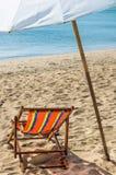 Deckchair e parasol Fotografia de Stock