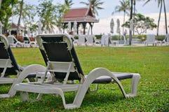 Deckchair en una piscina Imagen de archivo libre de regalías