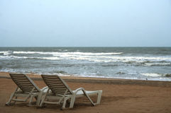 Deckchair en una playa tropical imagen de archivo