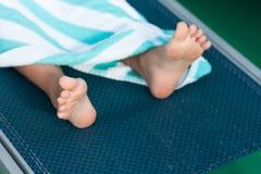 Deckchair en voeten Royalty-vrije Stock Afbeeldingen