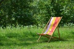 Deckchair på gräsplanen Arkivfoton