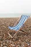 Deckchair solitario - giorno grigio - verticale Fotografie Stock Libere da Diritti