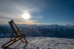 Deckchair steht auf einem Berg, der das Tal übersieht stockfotos