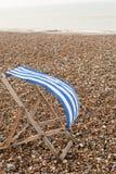 Deckchair sulla spiaggia ventosa Immagini Stock Libere da Diritti