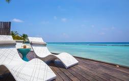 Deckchair und der Türkis Indische Ozean Lizenzfreies Stockfoto