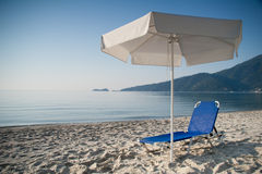 Deckchair unter Regenschirm Lizenzfreies Stockfoto