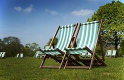 deckchairs海德・伦敦公园 图库摄影