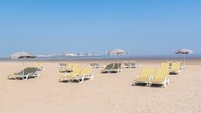 Deckchairs και parasols σε μια παραλία στοκ εικόνες