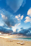 Deckchairs στην παραλία Στοκ φωτογραφία με δικαίωμα ελεύθερης χρήσης