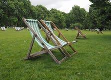 Deckchairs в парке Стоковые Фотографии RF