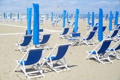 Deckchairs и навесы на пляже Стоковая Фотография RF