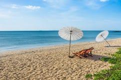 Deckchairs и парасоли на солитарном пляже Стоковая Фотография RF