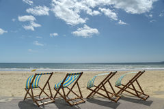 Deckchairs и loungers на пляже, Борнмуте Стоковое фото RF