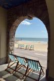 Deckchairs и loungers на пляже, Борнмуте Стоковое Изображение RF