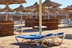 Deckchairs на красивом пляже моря Стоковая Фотография RF