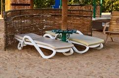 Deckchairs на красивом пляже моря Стоковое Изображение RF