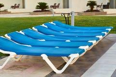 Deckchairs на красивом пляже моря Стоковые Изображения RF