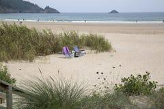 Deckchairs на пляже Abrela Стоковые Изображения