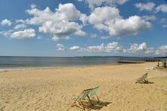 Deckchairs на пляже на Борнмуте Стоковое фото RF