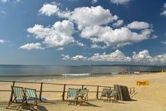 Deckchairs на пляже на Борнмуте Стоковые Изображения