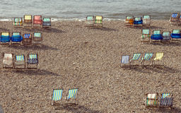 Deckchairs на пляже на пиве Стоковые Изображения RF