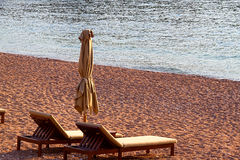 2 deckchairs на пляже, съемке лета Стоковая Фотография