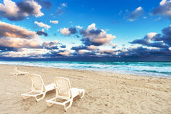 Deckchairs на пляже Стоковое фото RF