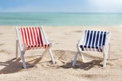 2 deckchairs на пляже Стоковая Фотография RF