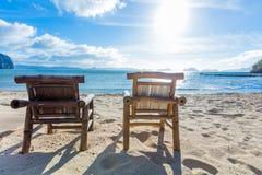 Deckchairs на пляже Стоковые Изображения