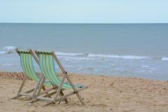 2 deckchairs на пляже Стоковое Изображение