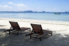 Deckchairs на пляже Haad Sivalai на острове Mook Стоковое фото RF